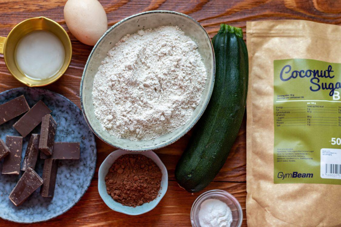 Ingredience na vláčné cuketové brownies s čokoládou
