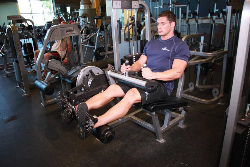 Сгибание ног в тренажере сидя