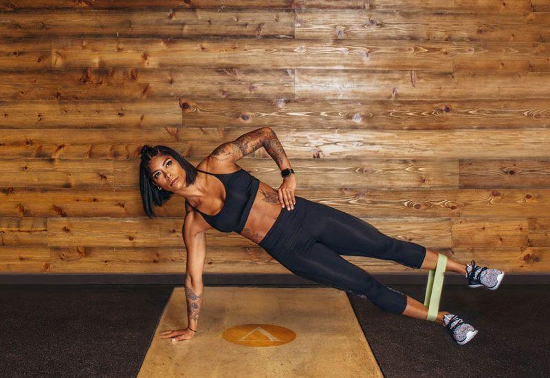 Боковая планка - 9 лучших упражнений для укрепления мышц пресса с фитнес-резинкой