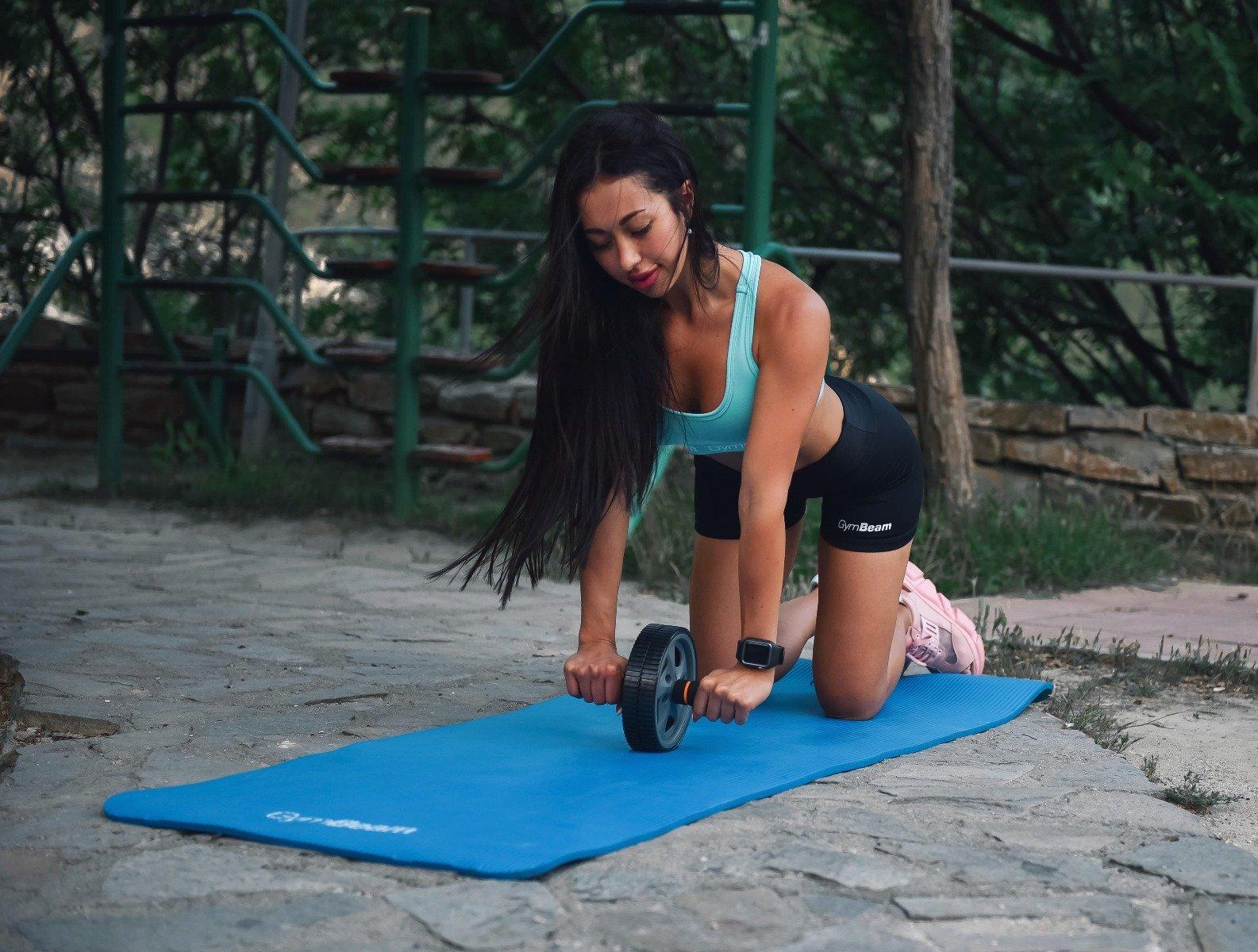 Roata fitness ajută la întărirea mușchilor abdominali