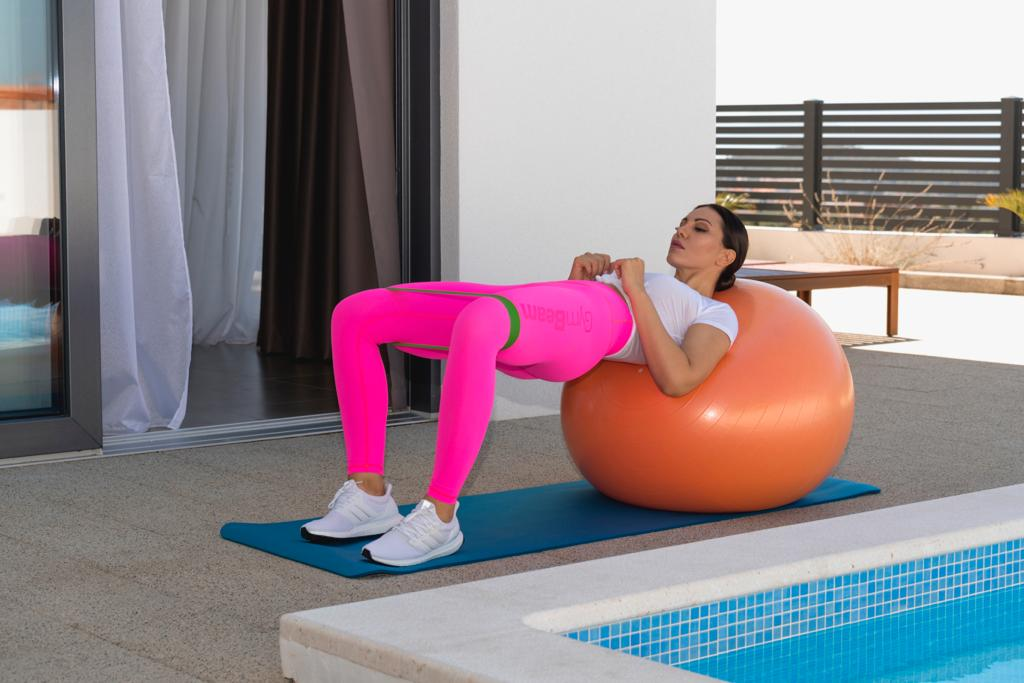 Mingea fitness îmbunătățește stabilitatea și echilibrul corpului