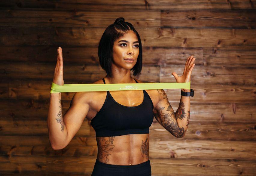 9 лучших упражнений для укрепления мышц пресса с фитнес-резинкой
