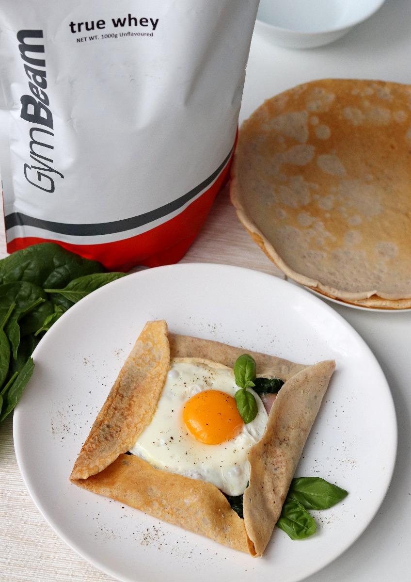 Clătite proteice sărate umplute cu spanac, somon și ou