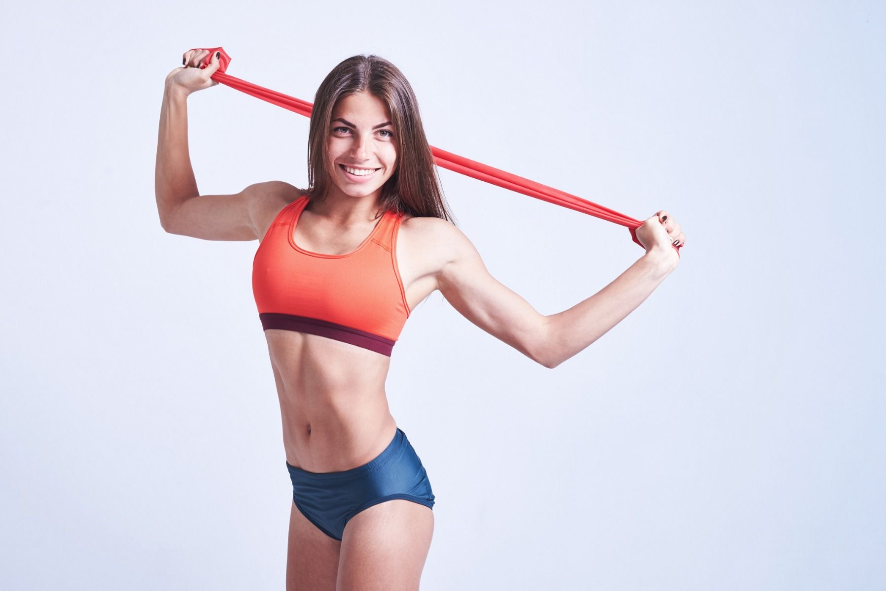 33 ćwiczenia z gumą oporową, którą możesz robić wszędzie
