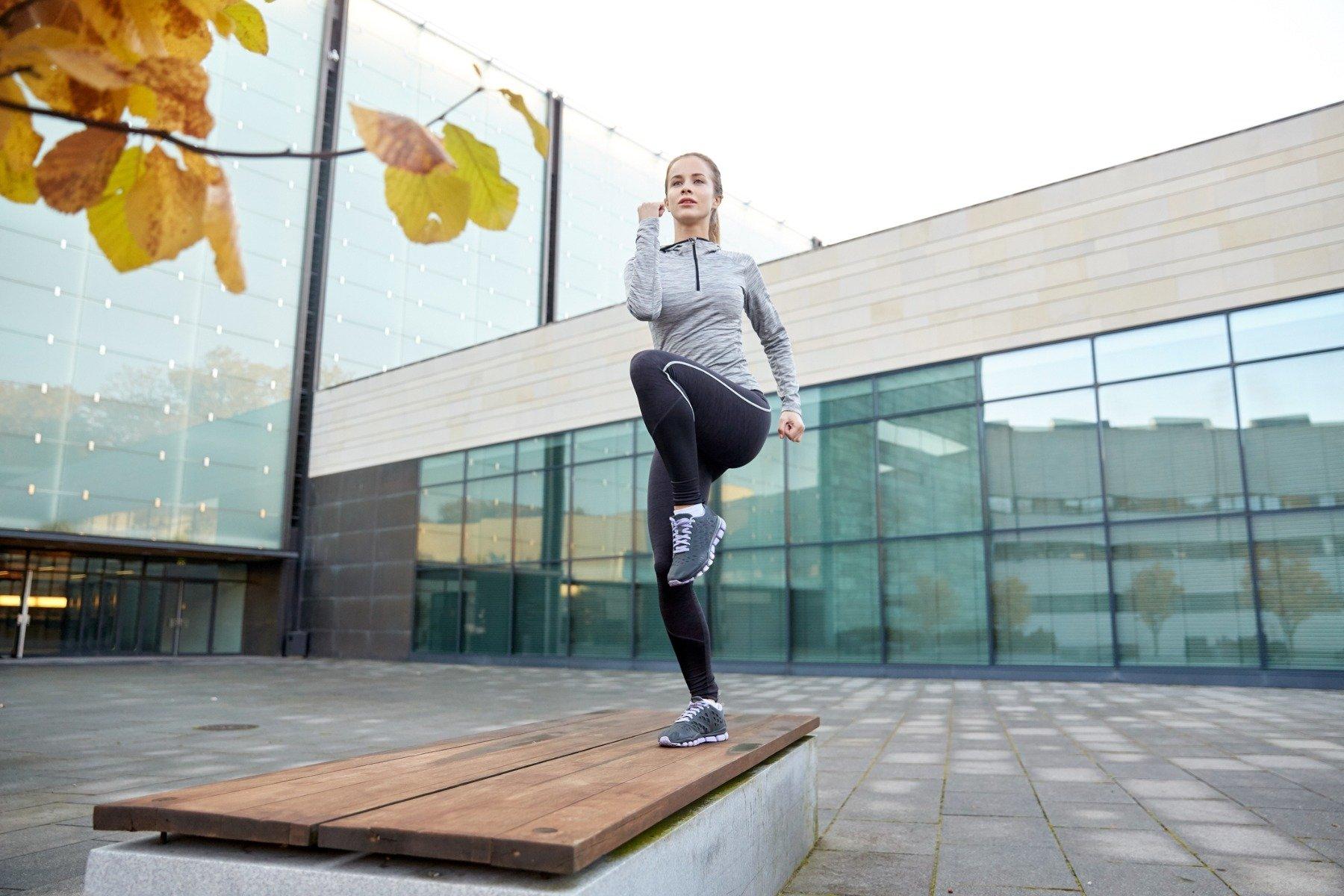 Exerciții benefice pentru trosniturile și durerile de genunchi - rotații cu piciorul îndoit