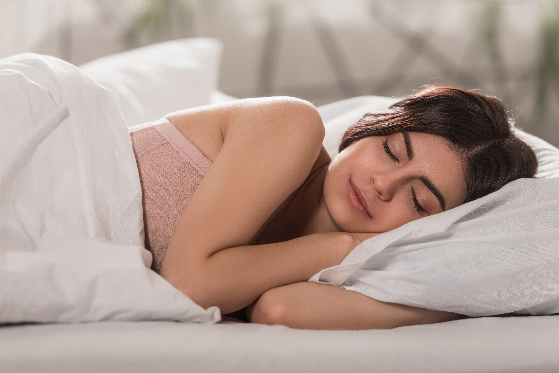 Bine de știut! Băutura care curăță organismul de toxine și topeşte grăsimile în timp ce dormi