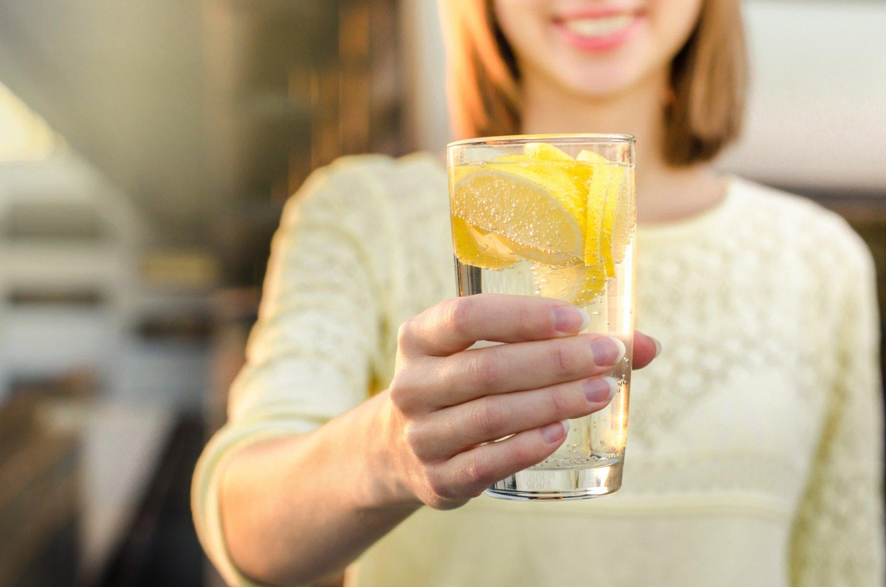 Вода с лимоном утром на голодный желудок
