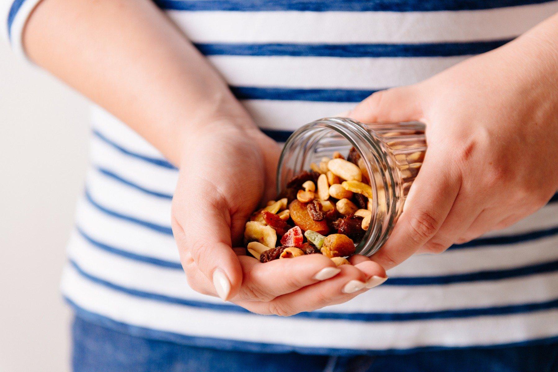 Вы также можете есть орехи и семена перед сном