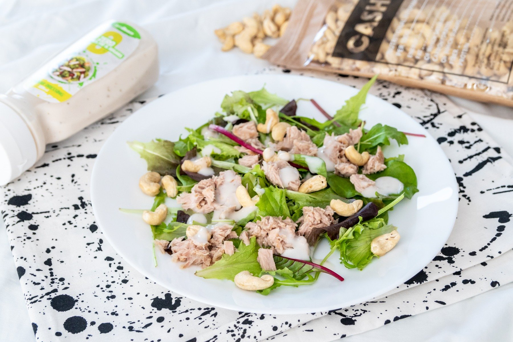Rychlý salát s tuňákem, kešu ořechy a bezkalorickou omáčkou